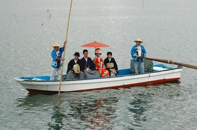 船の上で、おまつりのお客さんたちに祝福されながら三々九度の儀式を行います。