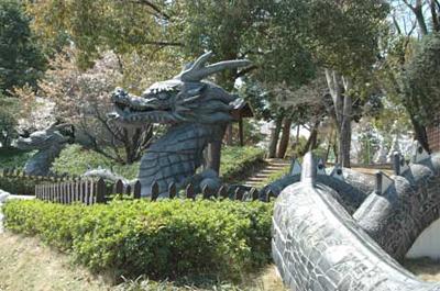 龍の長い胴体は迷路になっていて、子どもたちに人気です。